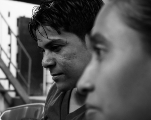 """Viene una o dos veces a la semana y da soporte a las demás profes. Amilkar se quedó ciego hace 3 años por un glaucoma y, tras salir de una depresión, hace de psicólogo para las chigüinas, sirviéndole como ejemplo de que """"todo se puede"""" y """"de todo de sale"""".  Su enorme corazón son sus mejores ojos."""