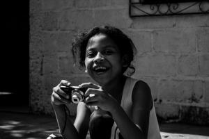 Rosa María, su risa y su cámara.